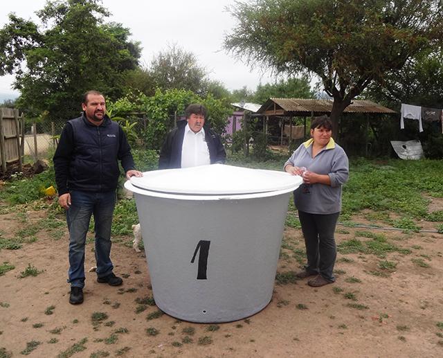 Municipalidad de melipilla entrega estanques para el for Estanques para almacenar agua potable